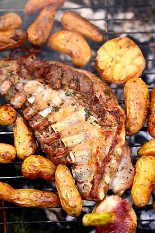 Epigramme d'agneau au barbecue, ail frais et rattes du